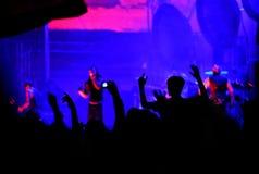 Folkmassa av att festa folk på en levande konsert Arkivbilder
