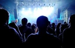Folkmassa av att festa folk på en levande konsert Royaltyfria Bilder