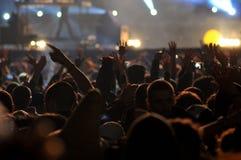 Folkmassa av att festa folk på en levande konsert Royaltyfri Fotografi