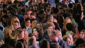 Folkmassa av att gå folk som inomhus går lager videofilmer