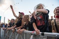 Folkmassa av bifallfolk som tycker om en levande konsert Royaltyfri Foto