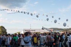 Folkmassa av bifallfolk som tycker om en levande konsert Royaltyfri Bild