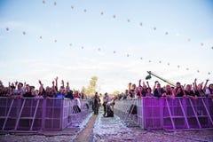 Folkmassa av bifallfolk som tycker om en levande konsert Royaltyfri Fotografi