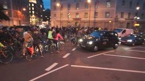 Folkmassa av bråkiga cyklister i den London staden stock video