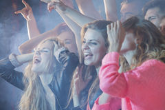 Folkmassa av folk en konsertshow royaltyfri fotografi