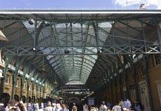 Folkmassa av folk framme av marknaden för Covent trädgård Royaltyfri Bild