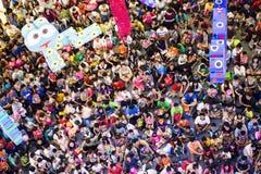 Folkmassa av folk i barns dag Arkivfoto