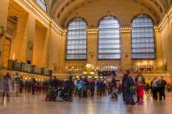 Folkmassa av folk i den huvudsakliga Councoursen av den Grand Central terminalen under julferierna Arkivbilder
