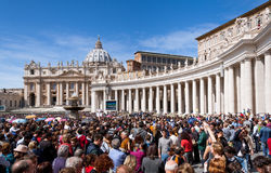 Folkmassa av folk i den St Peters basilikan, Vaticanen Arkivbild