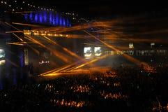 Folkmassa av folk i en stadion på en konsert Arkivbilder