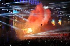 Folkmassa av folk i en stadion på en konsert Arkivfoton