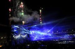 Folkmassa av folk i en stadion på en konsert Royaltyfria Bilder