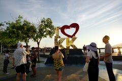 Folkmassa av folk i Kota Kinabalu strand Arkivbilder
