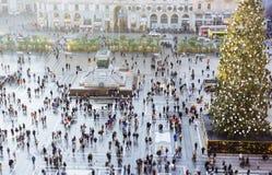 folkmassa av folk i mitt av staden royaltyfri fotografi