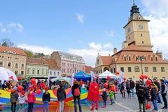 Folkmassa av folk i rådfyrkant, Brasov, Rumänien arkivfoton