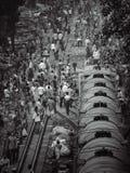 Folkmassa av folk med järnvägsspår i Bangladesh royaltyfri bild