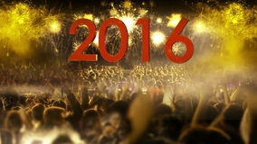 Folkmassa 2016 av folk- och fyrverkeriexplosioner zoomar ut kammen lager videofilmer