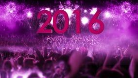 Folkmassa 2016 av folk- och fyrverkeriexplosioner zoomar ut kammen stock video