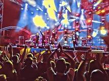 Folkmassa av folk på den digitala illustrationen för konsert för bakgrund royaltyfri illustrationer