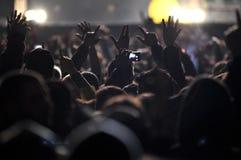 Folkmassa av folk på en levande konsert Arkivfoton