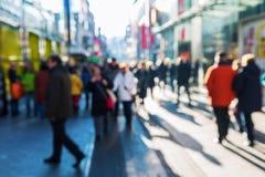 Folkmassa av folk på en shoppinggata arkivbild