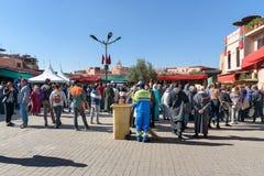 Folkmassa av folk på fyrkant i medina Marrakech morocco Royaltyfri Foto