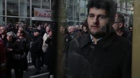 Folkmassa av folk på gatan lager videofilmer