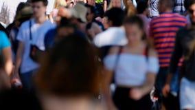 Folkmassa av folk på gatan arkivfilmer
