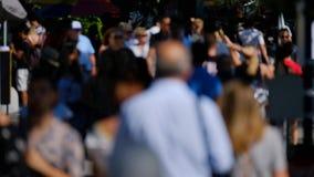Folkmassa av folk på gatan stock video