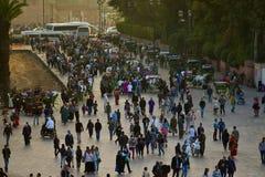 Folkmassa av folk på gatan i Marrakesh Arkivbild