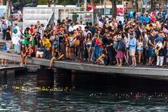 Folkmassa av folk på pir i Barcelona Arkivfoto