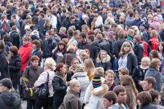 Folkmassa av folk på postera Arkivfoto