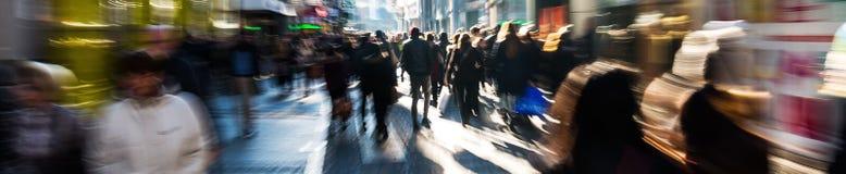 Folkmassa av folk på shoppinggatan royaltyfri bild
