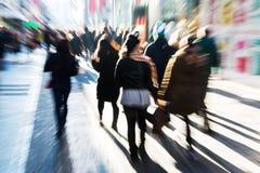 Folkmassa av folk på shoppinggatan royaltyfri fotografi