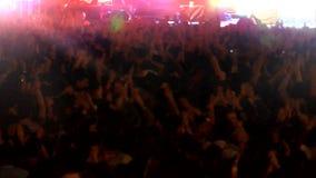 Folkmassa av folk som dansar på konserten stock video