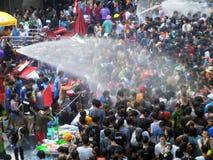 Folkmassa av folk som firar den traditionella festivalen Songkran för nytt år Arkivfoto