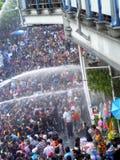 Folkmassa av folk som firar den traditionella festivalen Songkran för nytt år Fotografering för Bildbyråer
