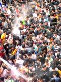 Folkmassa av folk som firar den traditionella festivalen Songkran för nytt år Royaltyfri Fotografi