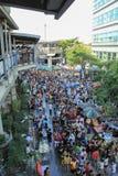 Folkmassa av folk som firar thailändsk dag för nytt år på skytrainstationen i Bangkok royaltyfria foton