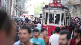 Folkmassa av folk som går gatorna Istanbul/Taksim/Istiklal/April/2016 arkivfilmer