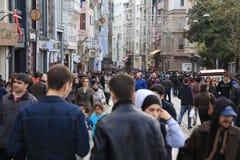 Folkmassa av folk som går i Istiklalen Istanbul April 2015 Arkivfoto