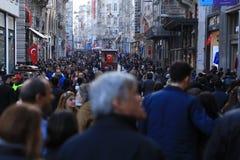 Folkmassa av folk som går i Istiklalen Istanbul April 2015 royaltyfria foton