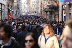 Folkmassa av folk som går i Istiklalen Istanbul April 2015 royaltyfria bilder