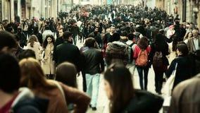 Folkmassa av folk som går /Istanbul/Taksim April 2014 arkivfilmer