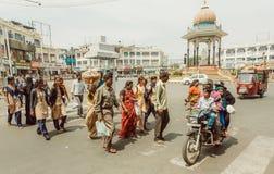 Folkmassa av folk som går korset gatan med medel och gångare av den indiska staden Royaltyfria Bilder