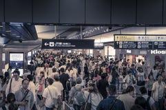 Folkmassa av folk som går, Osaka Umeda drevstation, Juli, 15, 20 Royaltyfri Fotografi
