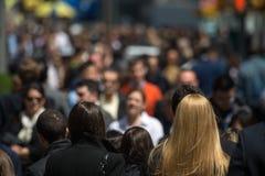Folkmassa av folk som går på gatatrottoaren royaltyfri fotografi