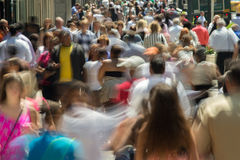 Folkmassa av folk som går på gatatrottoaren Royaltyfri Bild