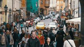 Folkmassa av folk som går på gatorna av Prague, Tjeckien lager videofilmer