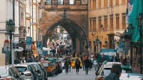 Folkmassa av folk som går på gatorna av Prague, Tjeckien stock video